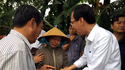 Vice Chairman Le Thanh Liem visits families which damaged due to heavy rains-Photo: Phan Le