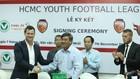 TTK LĐBĐ TPHCM Trần Đình Huấn cùng đại diện Fox Football Việt Nam ở lễ ký hợp đồng