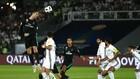 Cristiano Ronaldo (trái, Real Madrid) nỗ lực dứt điểm trong trận bán kết với Al Jazira. Ảnh: Getty Images.