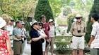Du khách nghe giới thiệu về chiến thắng Điện Biên Phủ khi tham quan Nghĩa trang liệt sĩ Điện Biên.