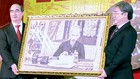 Bí thư Thành ủy TPHCM Nguyễn Thiện Nhân trao quà lưu niệm tặng Học viện Hành chính Quốc gia - cơ sở TPHCM tại lễ khai giảng