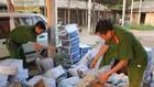 Lực lượng chức năng kiểm tra lô hàng thực phẩm quá hạn sử dụng