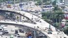 Cầu vượt trước sân bay Tân Sơn Nhất đang được thi công. Ảnh: Cao Thăng