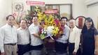 市委代表向本報贈送鮮花祝賀。