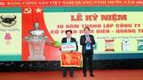 TGĐ Công ty CP phân bón Bình Điền (phải) tặng cờ thi đua cho ông Lê Tuấn Dũng (GĐ Cty Bình Điền Quảng Trị). Ảnh: PHAN NAM