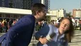 Julia Guimaraes đã kịp tránh hành vi xúc phạm của người đàn ông này. Ảnh cắt từ clip: CNN