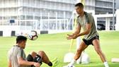 Ronaldo tập chung với đồng đội Paulo Dybala.