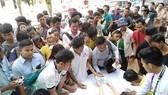 Người hâm mộ Myanmar xếp hàng mua vé xem trận Myanmar - Việt Nam vào ngày 20-11.
