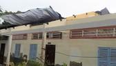 Lốc xoáy làm sập nhiều nhà dân và 3 phòng học