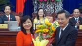 Bí thư Tỉnh ủy Bạc Liêu Nguyễn Quang Dương tặng hoa chúc mừng bà Lâm Thị Sang