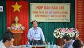 Ông Nguyễn Minh Luân thông tin việc sắp xếp trường, lớp học và giáo viên trên địa bàn. Ảnh: TẤN THÁI