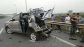 Hiện trường vụ xe đầu kéo container tông ôtô Innova đi lùi trên cao tốc khiến 4 người tử vong. Nguồn: VTC