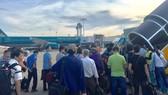Người dân xếp hàng chuẩn bị lên máy bay tại Sân bay Tân Sơn Nhất