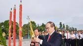 Bí thư Thành uỷ TPHCM Nguyễn Thiện Nhân cùng các đồng chí lãnh đạo TP dâng hương tại Nghĩa trang Liệt sĩ TP. Ảnh: VIỆT DŨNG