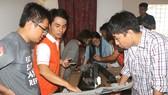 Chuyên gia hỗ trợ các nhà chế tạo trẻ Việt Nam phát triển sản phẩm thực tế