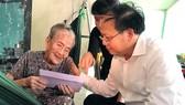 Phó Bí thư Thường trực Thành ủy TPHCM Tất Thành Cang thăm, tặng quà mẹ Việt Nam anh hùng Lê Thị Hồ