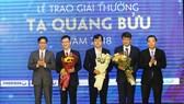 Phó Thủ tướng Vũ Đức Đam và Bộ trưởng Bộ KH-CN Chu Ngọc Anh chúc mừng 3 nhà khoa học đoạt Giải thưởng Tạ Quang Bửu 2018. Ảnh: TRẦN BÌNH