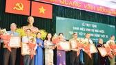 """Trao danh hiệu Bà mẹ Việt Nam anh hùng cho gia đình các mẹ tại Lễ truy tặng danh hiệu vinh dự Nhà nước """"Bà Mẹ Việt Nam anh hùng"""" - đợt 35 cho 18 mẹ tại 9 quận, huyện ở TPHCM. Ảnh: VIỆT DŨNG"""