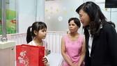 HCMC deputy chairwoman gifts 400 poor kid patients