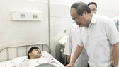 """Party Chief Nhan encourages """"street knight"""" Nguyen Duc Huy in Thong Nhat hospital (Photo: SGGP)"""