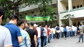 Candidates are queuing before taking the exam (Photo: SGGP)
