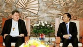 Head of the Government Committee for Religious Affairs Vu Chien Thang (R) meets with Cardinal Joao Braz de Aviz on September 7 (Photo: VNA)