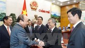 Prime Minister Nguyen Xuan Phuc and the ambassadors at the meeting (Photo: VNA)