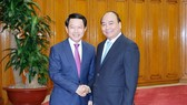 Vietnamese Prime Minister Nguyen Xuan Phu (R) and  Foreign Affairs Minister of Laos Saleumxay Kommasith