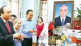 Prime Minister Nguyen Xuan Phuc offers incense to commemorate former Chairman of the State of Council Vo Chi Cong (photo:VNA)