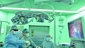 Các bác sĩ đang tiến hành nội soi loại bỏ khối u thận cho bệnh nhân