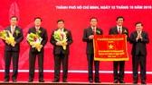 UBND TPHCM trao tặng cờ truyền thống cho Agribank khu vực TPHCM