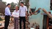 Quảng Ngãi: Tặng 100 suất quà cho các hộ dân bị thiệt hại trong bão số 12