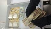 Female passenger hides foreign currency worth VND 550 mln, caught