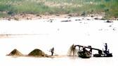 Khai thác cát trên sông Trà Khúc (Quảng Ngãi)