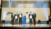 Tổng Giám đốc Công ty Du lịch và Sự kiện Việt - VIETTOURS, ông Lưu Đình Phục (thứ ba từ trái qua) nhận Cúp giải thưởng rAWr Awards 2017 do Cục Xúc tiến và Hội nghị Malaysia (MyCEB) trao tặng 