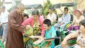 Tặng 25 xe lăn cho người khuyết tật