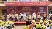 Tặng 601 xe đạp, 2.000 phần quà cho học sinh vượt khó ở Thanh Hóa và Ninh Bình