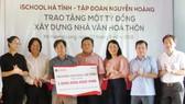 Đoàn chụp ảnh lưu niệm cùng lãnh đạo tỉnh Hà Tĩnh và xã Hương Long.