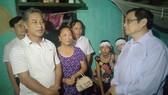 Đồng chí Phạm Minh Chính thăm, tặng quà nhân dân vùng lũ tỉnh Thanh Hóa