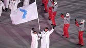Đoàn vận động viên Hàn Quốc và Triều Tiên diễu hành chung dưới lá cờ thống nhất tại lễ khai mạc Thế vận hội mùa Đông Pyeongchang 2018, ngày 9-2-2018. Ảnh: EPA
