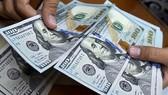 Vàng SJC và USD giảm giá, VN-Index vượt 1.015 điểm