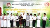 Bà Vũ Kim Dung - Giám đốc KV miền Trung & Tây Nguyên trao học bổng cho các em học sinh vượt khó học giỏi