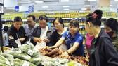 Người tiêu dùng hưởng lợi khi nhà bán lẻ tranh đua