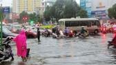 Mưa lớn khiến đường Lê Hồng Phong (thành phố Vũng Tàu) bị ngập nặng