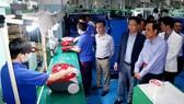 Các trí thức, doanh nghiệp kiều bào tham quan nhà máy công nghệ phụ trợ của Samsung tại khu Công nghệ cao TPHCM. Ảnh: VÕ THẮM