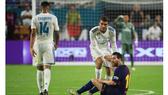 Kovacic nâng Messi đứng dậy sau pha va chạm.