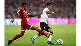 Tình huống Corentin Tolisso (trái) để mất bóng khiến Bayern Munich phải nhận một bàn thua ngay ở phút thứ 7.