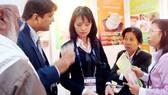 Các doanh nhân trao đổi thông tin và tìm hiểu tại Hội chợ thương mại Ấn Độ - ASEAN.