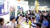 Du khách tham khảo tour tại gian hàng BenThanh Tourist  tại Hội chợ ITE HCMC 2016