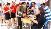 VIDEO: Người hâm mộ xếp hàng dài chờ vé giao lưu U23 Việt Nam
